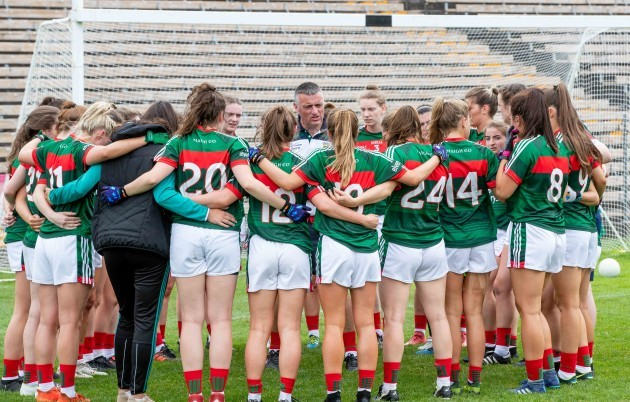 peter-leahy-talks-to-the-team