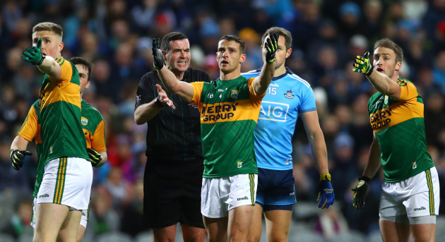 shane-enright-and-stephen-obrien-appeal-to-referee-sean-hurson