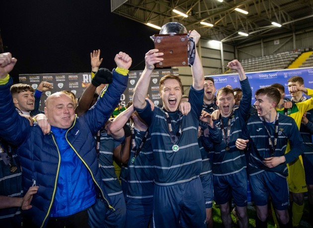 dcu-captain-eric-whelan-lifts-the-collngwood-cup-5-2020