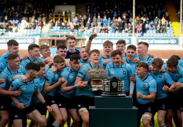 mark-hernan-lifts-the-trophy