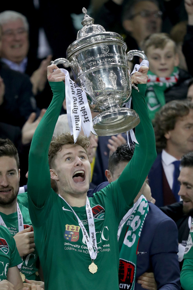 kieran-sadlier-lifts-the-irish-daily-mail-fai-cup