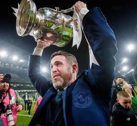 stephen-bradley-celebrates-with-the-trophy