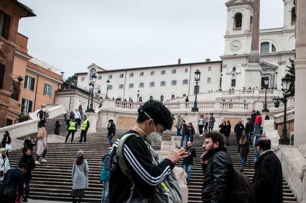 tourists-wearing-masks-in-the-streets-of-rome
