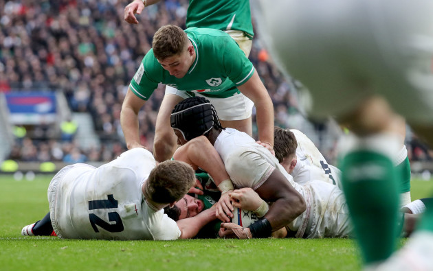 robbie-henshaw-scores-a-try
