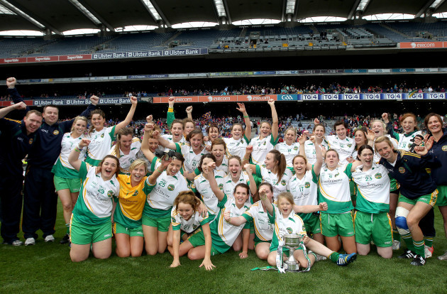 offaly-team-celebrate-with-the-trophy