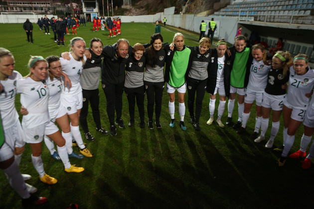 the-ireland-team-huddle-after-winning