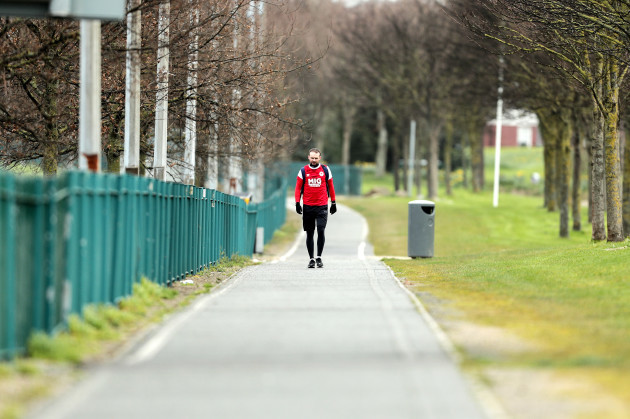 conan-byrne-pictured-walking-from-richmond-park-to-tallaght-stadium