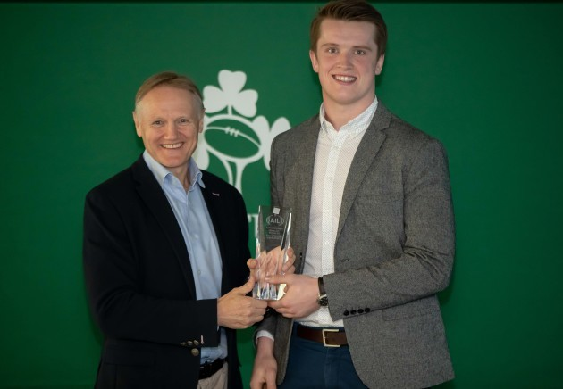 joe-schmidt-presents-the-ail-div2a-rising-star-award-to-dave-oconnell-highfield-rfc