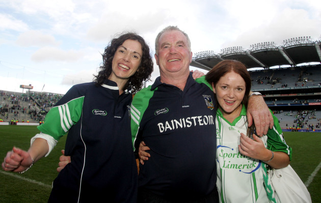 manager-richie-bennis-with-his-daughters-imelda-and-alison
