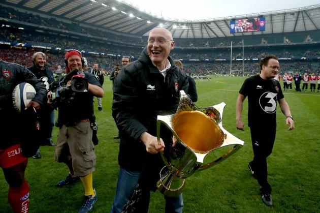 bernard-laporte-celebrates-with-the-trophy