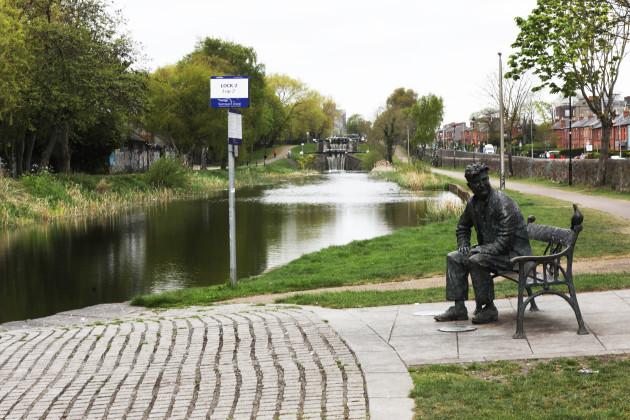 9908 Brendan Behan statue