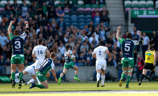 finlay-bealham-and-aly-muldowney-celebrate-as-tiernan-oohalloran-scores-the-opening-try