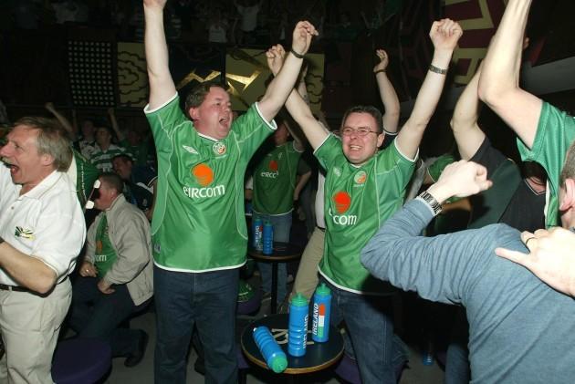 irish-fans-celebrate-matt-hollands-goal