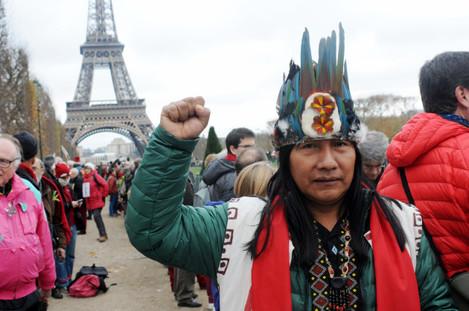 climate-change-rally-human-chain-near-eiffel-tower-paris