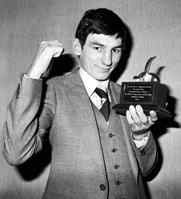 johnny-owen-with-geoffrey-simpson-award