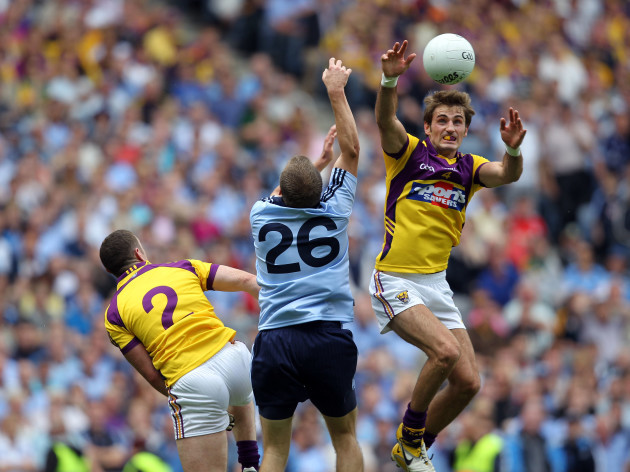 brian-malone-and-tomas-quinn-compete-for-a-high-ball