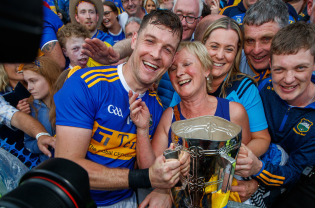seamus-callanan-celebrates-with-his-mother-mary