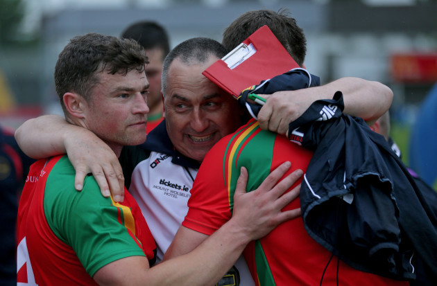 carlow-players-celebrate-with-turlough-obrien