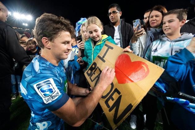 beauden-barrett-signs-autographs-with-fans