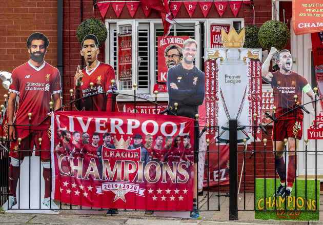 liverpool-fans-decorate-their-houses-in-club-colors