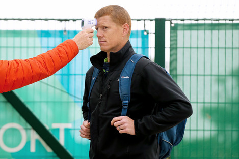 kevin-obrien-gets-his-temperature-checked-before-training