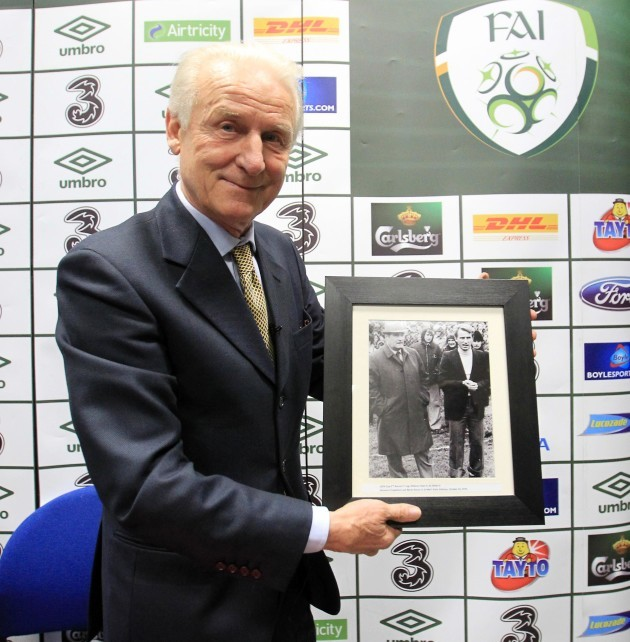 giovanni-trapattoni-is-presented-with-a-photograph