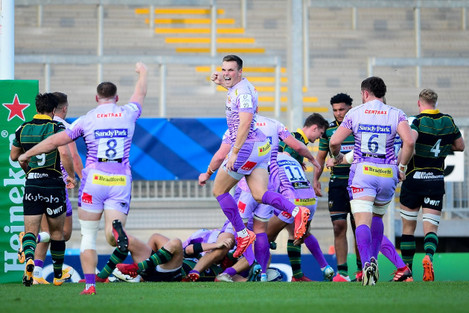 sam-simmonds-and-joe-simmonds-celebrate-as-exeter-score-another-try