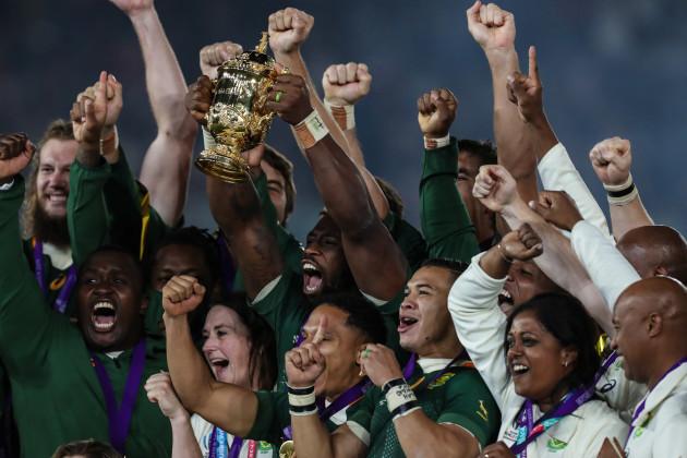 south-africas-captain-siya-kolisi-holds-up-the-webb-ellis-trophy