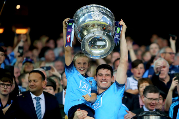 diarmuid-connolly-lifts-the-sam-maguire