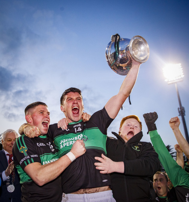 barry-odriscoll-lifts-the-trophy