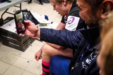 pat-lam-facetimes-andy-uren-who-picked-up-an-injury-in-the-week-and-couldnt-travel-to-the-game