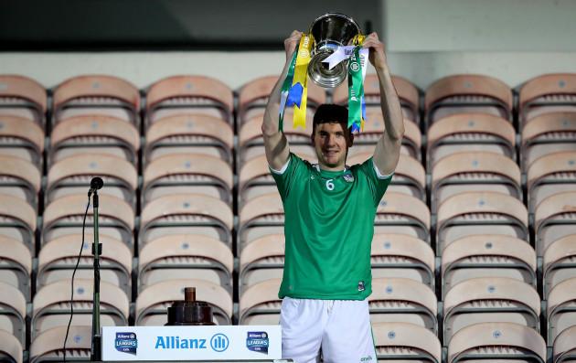 declan-hannon-lifts-the-league-trophy