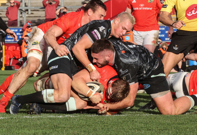 gavin-coombes-scores-a-try