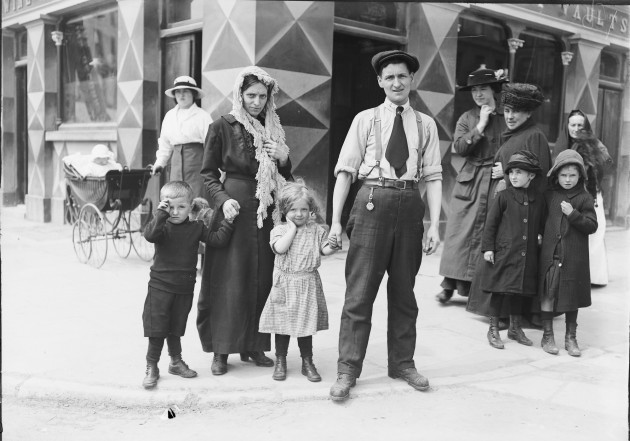 4. vtls000682050 - The Riley family, survivors of the sinking of the Lusitania,