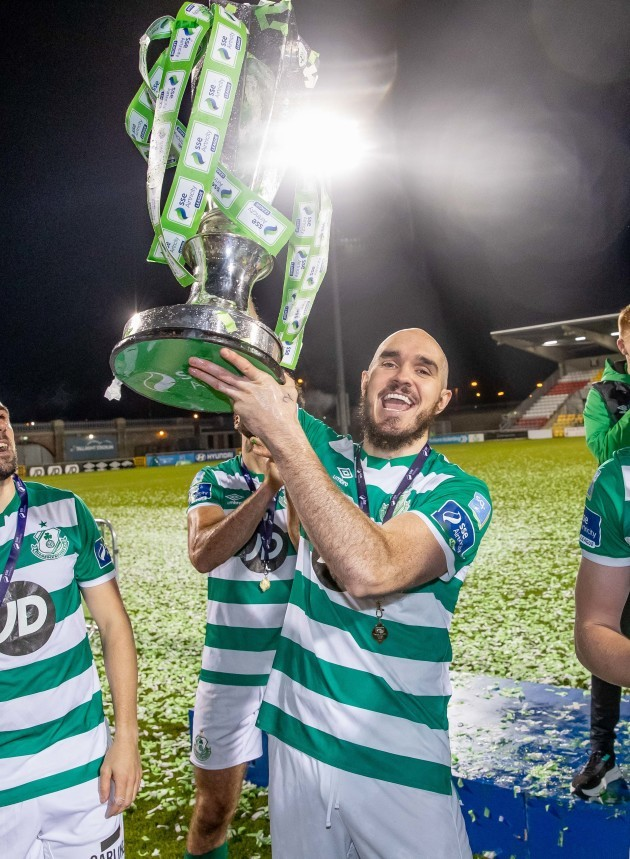 shamrock-rovers-joey-obrien-lifts-the-sse-airtricity-league-premier-division-trophy