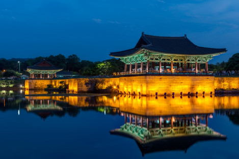 the-pavilions-of-anapji-pond-lit-up-as-evening-comes-on-in-gyeongju-south-korea