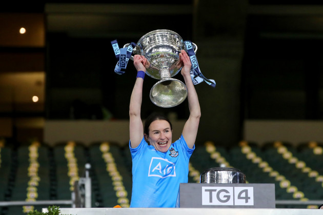 sinead-aherne-lifts-the-trophy