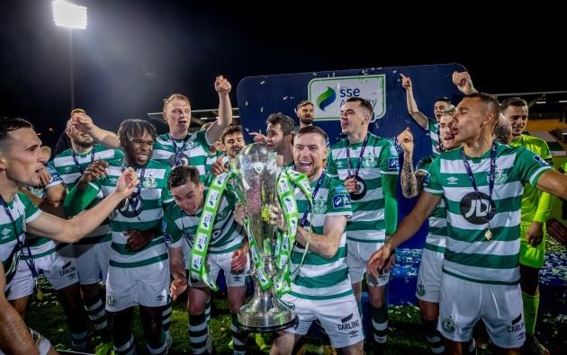 jack-byrne-lifts-the-sse-airtricity-league-premier-division-trophy
