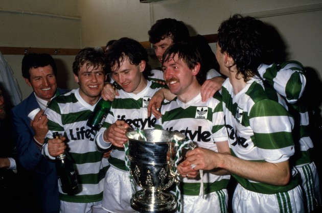 harry-kenny-paul-doolin-peter-eccles-pat-byrne-and-john-coady-with-the-cup-in-the-dressing-room