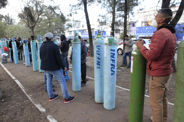 mexico-persons-lines-to-acquire-oxygen-tanks-due-to-increase-in-cases