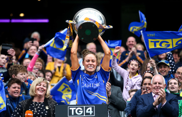 samantha-lambert-lifts-the-mary-quinn-memorial-cup