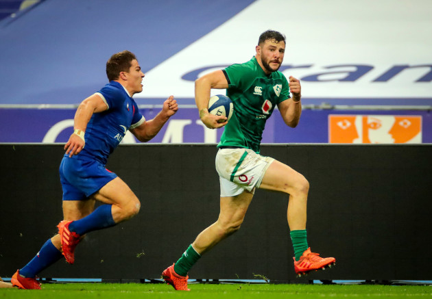 robbie-henshaw-scores-a-try-despite-antoine-dupont