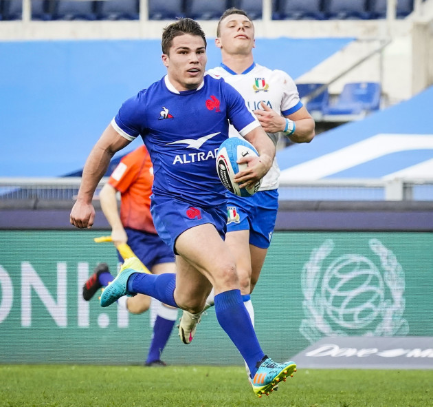 antoine-dupont-makes-a-break-to-score-a-try