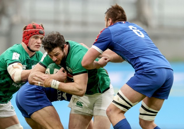 robbie-henshaw-is-tackled-by-anthony-jelonch