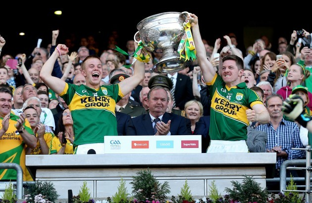 fionn-fitzgerald-and-kieran-oleary-lift-the-sam-maguire-trophy