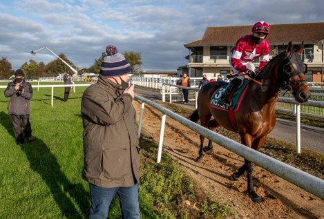 gordon-elliott-gives-some-last-minute-instructions-to-sam-ewing-onboard-tiger-roll-before-the-race