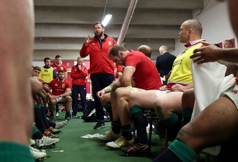 andy-farrell-speaks-to-the-players-at-half-time