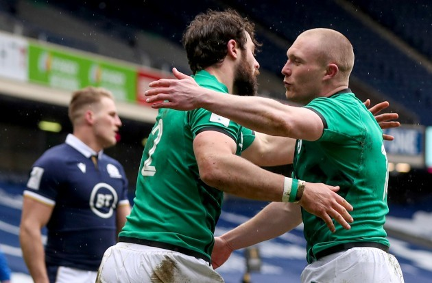 robbie-henshaw-celebrates-after-scoring-a-try-with-keith-earls