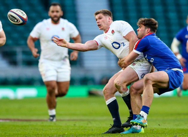 owen-farrell-is-tackled-by-damian-penaud