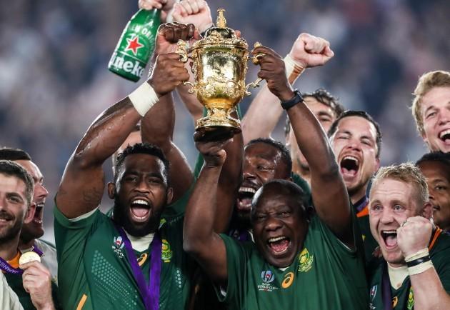 siya-kolisi-lifts-the-webb-ellis-trophy-with-the-president-of-south-africa-cyril-ramaphosa